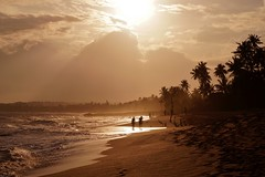 Tangalla - la plage de Marakolliya 3 (luco*) Tags: sea mer beach waves silhouettes sri lanka vagues plage contrejour tangalle tangalla flickraward flickraward5 flickrawardgallery marakolliya