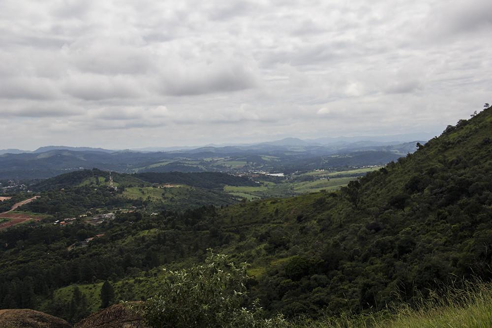 Trilha da Pedra Grande - vista do meio da trilha - morros vizinhos