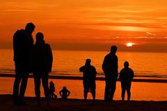 Last rays (Bruno MATHIOT) Tags: sunset shadow people orange sun black hot color beach silhouette canon eos soleil noir coucher sigma dxo rayon plage tone chaud couleur optics 55250