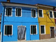 Au fil des rues... Burano (Yvette Gauthier) Tags: jaune bleu venise venezia couleur italie burano