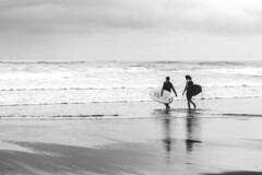 al agua patos (rosalgorri1) Tags: mar surf pareja verano deporte cantabrico