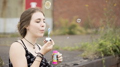 Glckstage (carla_hauptmann) Tags: travel summer girl germany happy deutschland 50mm sommer sony bubbles journey bremen mdchen reise ontour a77 glcklich seifenblasen f17
