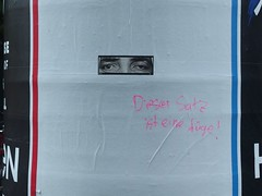Glatt gelogen (mkorsakov) Tags: city graffiti sticker bahnhof tagging hbf münster aufkleber innenstadt parole litfasssäule