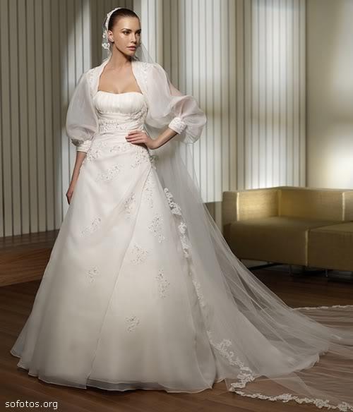 Vestido de noiva com véu de renda