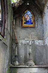 Collapsed mausoleum - The glass window is undamaged! (S. Ruehlow) Tags: friedhof paris france cemetery grave graveyard tomb grab cimetiere pèrelachaise cimetièredupèrelachaise grabanlage madonnadellasedia