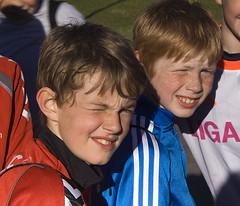 emaklbburinn/Bros (helga 105) Tags: blue red boys smile sunshine iceland bro strkar rautt bltt slskyn helga105
