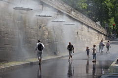 Showers (Jowisth) Tags: city summer paris france hot love water seine river de lights warm sommer july ile juli metropol frankrike seinen 2013