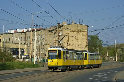 Der T6A2-Zug 239/240 passiert den 'Zajezdnia Golęcin'