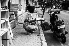 Ofrendas (Nebelkuss) Tags: street blackandwhite bw bali blancoynegro indonesia instant moment ubud momentos ofrendas offerings humanzoo instantes callejeras zoohumano ladrondemomentos fujixe1 fujinonxf1855 instantsthieve