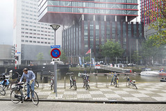 (Arthur van Beveren) Tags: nederland netherlands niederlande holland paysbas hollanda paesibassi paisesbajos rotterdam roffa rotjeknor city stad street straat nikon leuvekwartier wijnhaveneiland wijnhaven centrum centre water wet bike fiets pak man