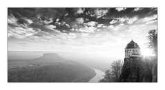 Ein Tag beginnt auf dem Knigstein (Knipsbildchenknipser) Tags: blackandwhite panorama monochrome germany landscape blackwhite sachsen sw schwarzweiss landschaft elbe lilienstein schsischeschweiz knigstein