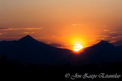 La huida del sol (Jon Zazpe) Tags: light sunset sun mountain luz contrast contraluz dark landscape atardecer exposure horizon cielo verano contraste sunfall
