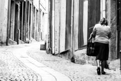 A caminho de casa (Going home) (A. Paulo C. M. Oliveira) Tags: snapshot gentes peoples bw porto portugal nikon d3000 black white ianstantâneo preto e branco pb