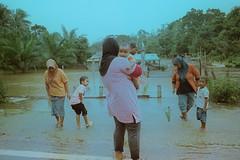 Jalan Cherok Paloh - Ubai (bayualamfoto) Tags: rescue film photography team flood ishootfilm portra masjid kuantan pahang catastrophe filem filmphotography temerloh wakaf filmcommunity believefilm kuantanku banjerosquad