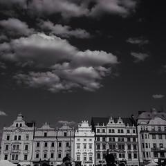 Faades  Plzen en Republique Tchque, photo prise le 7 mai 2016. (val.coutrot) Tags: bw architecture lumix noir czech panasonic czechrepublic nuage et plzen blanc gm1