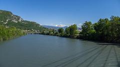 L'Isre  Grenoble (Isre, France) (Denis Trente-Huittessan) Tags: alpes grenoble ombre taillefer isre haubans pontdoxford