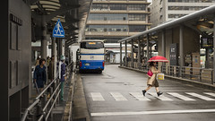 Kyoto  (Mximo Novas) Tags: street travel viaje bus japan japanese calle lluvia rojo nikon kyoto streetphotography  nippon novas paraguas japon   fotografiaurbana  fotografiacallejera fotografiadecalle streetjapan maximonovas
