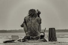 VARANASI : UN NAGA ET SON ORDI (pierre.arnoldi) Tags: india varanasi sadhu inde naga benares uttarpradesh photoderue photocouleur photodevoyage photooriginale viesurlesghats