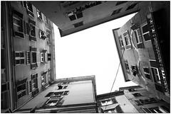 Il cielo in una stanza - The sky in a room (Matteo Bersani) Tags: centro genova italybw bwbwbnblackwhitebianconero case houses palazzi cortile cielo sky up prospettiva sonyalphaitalia a58