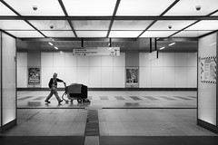 Gassi gehen (ffela) Tags: berlin deutschland bahnhof cleaning hauptbahnhof trainstation mitte centralstation reinigung streetsweeper kehrmaschine vision:text=0698 vision:outdoor=0824