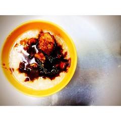 "#streetfoodgoodtaste #iczzsg เมนูนี้ไม่มีขาย คิดขึ้นมาเอง เพราะข้าวต้มจืดไป หม้อดินเข้มไป เลยเอาข้าวต้มกับหม้อดินมา #Featuring กัน เป็นเมนู ""ข้าวต้มหัวปลาหม้อดิน"" พอผสมกันแล้วรสชาติลงตัวพอดี Tip :: ราดน้ำซอสจากหม้อต้มยำครึ่งทัพพีพอ เดี๋ยวจะเข้มเกินไปแล้วม"