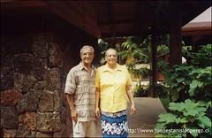 Con una muy querida amiga, Florencia Riroroko, en el mercado de Rapa Núi. Domingo 17 de febrero 2002.