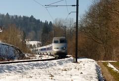 Un TGV traverse la gare