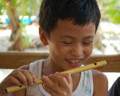 Philippines, Palawan (Simon Clare Photography) Tags: travel music colour smile digital asian li wooden nikon asia foto fotografie photographie child philippines ska flute explore filipino ng lesson ho fotografia eastcoast palawan fotografi צילום fotografía fotografering larawan عکاسی تصوير ffotograffiaeth sary picha фотография d40 consequat ljósmyndun fotoğrafçılık fotograafia igbo fotografija valokuvaus sawir φωτογραφία фотографија fényképezés fotografování fotografēšana simonclare фотографія fotografovanie pagkuha grianghrafadóireacht פאָטאָגראַפיע sclarephoto whakaahua фотаздымак kujambula fọtoyiya argazkilaritzac