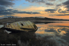 Reflets  . (yannrichard170) Tags: light sunset sky cloud sun seascape sunrise canon landscape eos boat brittany lumire bretagne reflet ciel maritime wreck nuage paysage couchant levant finistre coque littoral pave kroull