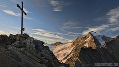 Bei Sonnenaufgang am Gipfel (alpenbild.de) Tags: morning summer cloud mountain mountains alps nature berg rock clouds sunrise landscape austria tirol sterreich nikon rocks sommer natur rocky wolke wolken glacier  berge alpine fels alpen fullframe fx  gletscher landschaft   sonnenaufgang morgen tyrol  zillertal alpin topaz  morgens d800 felsen   gipfelkreuz   schlegeis felsig summitcross zillertaleralpen vollformat  ginzling  d800e nikond800e alpenbildde  gemeindefinkenberg