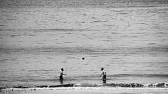 Tte  tte (lluiscn) Tags: bw beach boys monochrome ball mar football agua caps playa nios bn galiza cap futbol boyhood olas ones pontevedra aigua tte platja pelota pilota oce sanxenxo xiquets chavales galcia sanjenjo atlntic infncia xavals bal marors