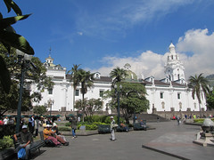 "Quito: la Plaza de la Independencia <a style=""margin-left:10px; font-size:0.8em;"" href=""http://www.flickr.com/photos/127723101@N04/27370298601/"" target=""_blank"">@flickr</a>"