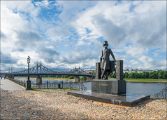 Russia. Tver. The monument to Alexander Pushkin and Starovolzhsky bridge. (Yuri Degtyarev) Tags: leica city bridge monument clouds river cloudy russia panasonic alexander g3 tver summilux volga 25mm pushkin        2514  panaleica pannyleica    dmcg3 hx025e  starovolzhsky