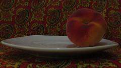 Un durazno (a peach) (Xic Eseyosoyese (Juan Antonio)) Tags: canon is peach powershot fruta un plato pauelo vaquero durazno sx170