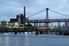 Industrie Williamsburg New York (ploh1) Tags: nyc usa newyork brooklyn wasser fabrik eastriver williamsburg architektur dmmerung blau fluss bigapple spiegelung wetter lichter langzeitbelichtung hochhuser trb williamsbridge