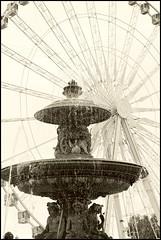 La roue (d.cairn) Tags: blackandwhite bw paris monochrome eau noiretblanc nb concorde fontaine roue fujix