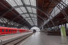 Leipzig, Hauptbahnhof, historische Schienenfahrzeuge auf Gleis 24 (joergpeterjunk) Tags: leipzig hauptbahnhof historisch schienenfahrzeug gleis24 architektur dach dachfenster sackbahnhof dampflock stahlkonstruktion canoneos50d canonefs1022mmf3545usm