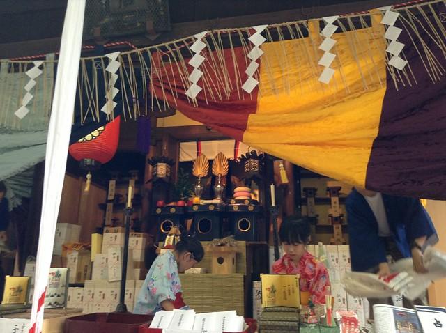 素敵なお嬢さんたちが授与品を担当していました。|祇園祭宵山