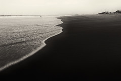 Endless Black Sands (lichtpinsler) Tags: bw black beach strand bay sand long exposure waves lonely srilanka sands schwarz endless langzeitbelichtung arugam sandstrand artlegacy fujix100