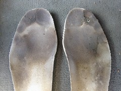 IMG_3461 (sockless_ca) Tags: dirty sweaty barefoot smelly stinky slimy nosocks sockless insoles footbeds withoutsocks