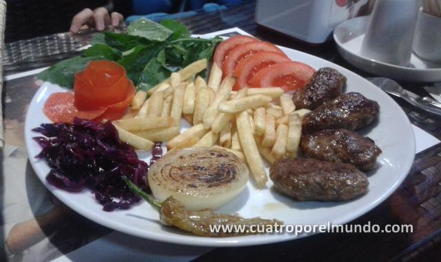 Racion de Kofte en la cafeteria del paseo en Gulluk