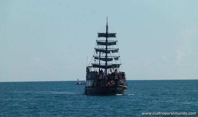 Otro barco repleto haciendo el paseito por la bahia