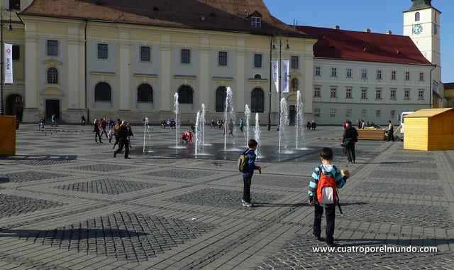 Tentaciones de jugar con el agua en la Piata Mare
