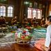 En échange, les moines offrent des chants de protection et de bénédiction. Baan Maejo, province de Chiang Mai, Thaïlande