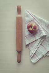 Sobre la mesa (Graella) Tags: melocotones rodillo trapo cocina kitchen food fruit fruta fruita stilllife bodegon cenital