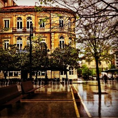 Cafe Dindurra, en el Paseo de... (AsturIphone) Tags: streets rain cities streetphotography asturias gijon uploaded:by=flickstagram estoesasturias instagram:venue_name=paseodebegoc3b1a instagram:venue=226135 instagram:photo=1899672919497428058026757 victormsuarez