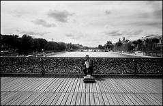 Paris (Punkrocker*) Tags: street leica ltm people paris france film angle voigtlander wide nb 100 agfa vc apx 21mm 214 colorskopar iiif bwfp