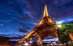 Эйфелева  башня во тьме ночной