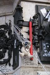 JE SUIS CHARLIE | Monument | Place de la Rpublique | PARIS (Elisabeth de Ru) Tags: paris france monument geotagged teddybear crayon homage parijs 75010 placedelarpublique 75011 parys 75003  charliehebdo parisi   pariz   crayonrouge weekend2325january2015 noussommestouscharlie elisabethderu|2015 jesuischarlie camerasony300 elisabethderu parisshootingsmemorial