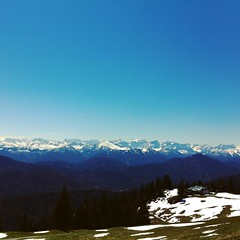 Blauer Himmel... Sonnenschein... Kann das Leben schner sein... Schne Gre aus den Alpen... Bei Brotzeit und khlem Hellen kann man das Leben genieen... (Gourmandpunk) Tags: skyline square squareformat iphoneography instagramapp uploaded:by=instagram